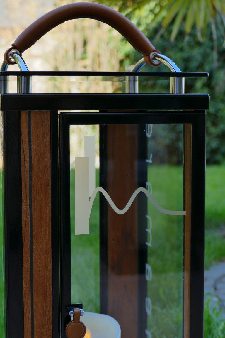 Glas mit foliertem Logo / Glass pane with individual logo